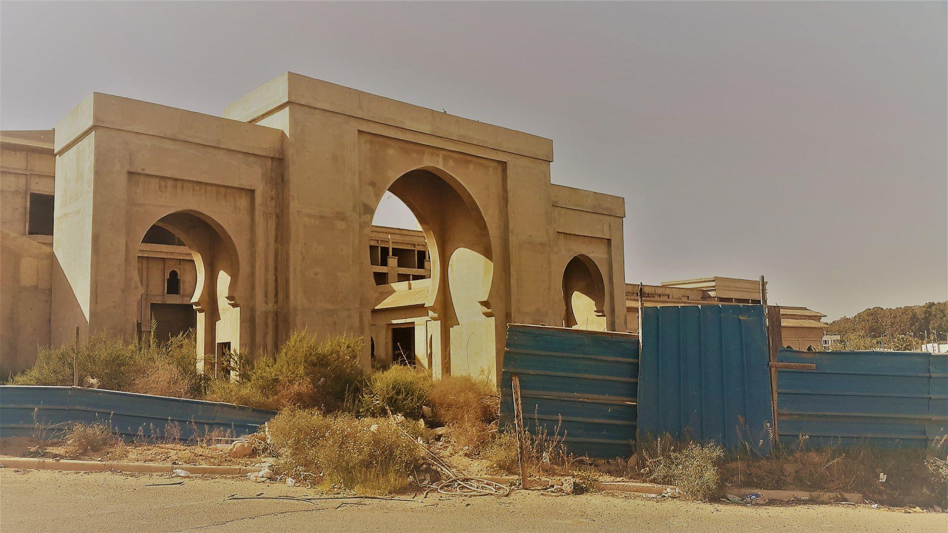 Founty, secteur B, au bord de l'Oued Lahouar. Double malaise pour ce chantier sur plusieurs hectares, jamais terminé. Il ne représente pas seulement une gêne majeure pour le voisinage, mais il bloque avec sa façade Est l'axe de vue dont pourraient profiter les utilisateurs du Barreau Est-Ouest, en venant de la Route de Marrakech.