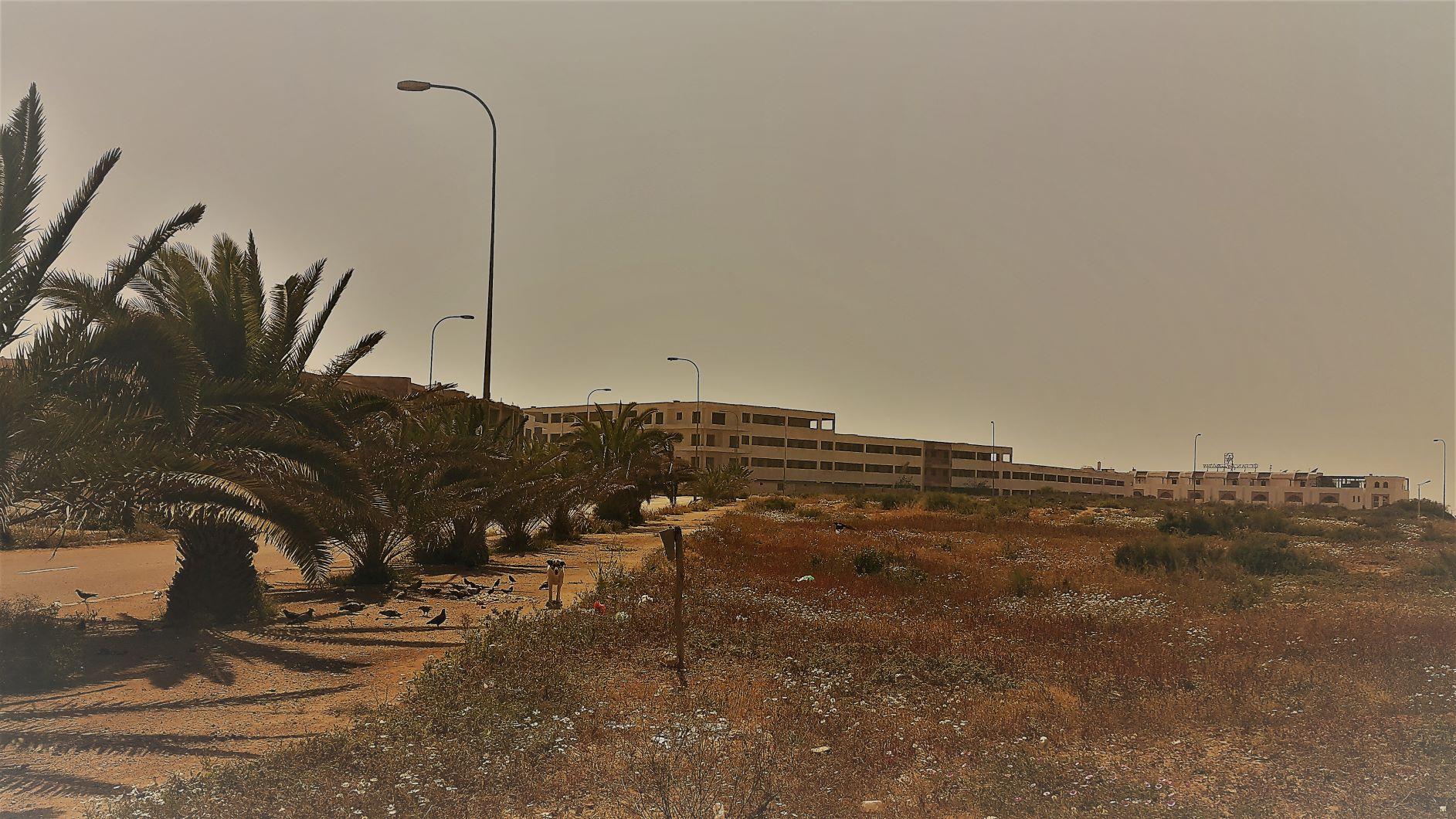 Founty, secteur F. Une résidence touristique en R+2.5, en état 'brut de coffrage' depuis plusieurs années.