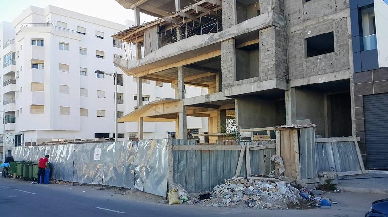 Secteur Agadir Bay - un arrêt de chantier en 2020. Odeurs nauséabondes, gros tas d'ordures et de gravats. La clôture naze avale le trottoir et même la chaussée. Dangereux à une intersection où le trafic est important, au milieu d'un quartier d'habitation et à quelques mètres de deux écoles.