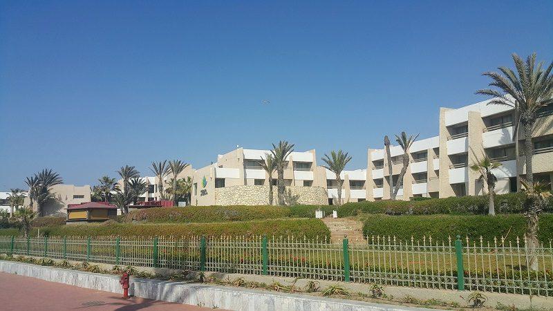 *agadir dunes d'or* Du fonctionnalisme sur six hectares pouvant loger jusqu'à mille clients. Construit en 1999 par Sad Benkirane.