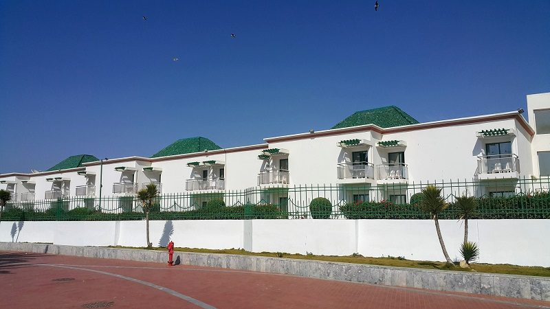"""*agadir beach club* Un style """"riviera italienne"""" décoré avec les tuiles vertes de Fes. Les bâtiments principaux (pas visible sur la photo) sont moins mignons."""