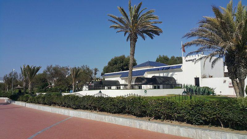 *agadir club med* Architecture mauresque sobre et un style très sixties et très Club Med pour les cases (non visible sur cette photo). Les tuiles vertes de Fes sont bleu azur ici. Le seul parc naturel de toute la corniche.