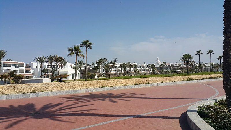 *agadir tikida dunas* Un bel ensemble d'inspiration andalouse qui manque juste un peu de cohérence dans le traitement des façades. Magnifique parc et le plus beau et plus long mur de clôture en pierre sèche, de facture berbère.